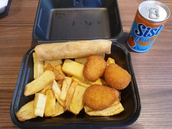 Kleine portie patat met kipnuggets of loempia, bij Rendevouz in Heerenveen, ook thuisbezorgd
